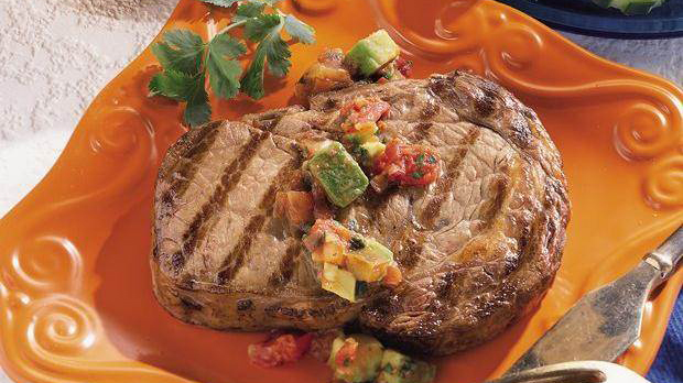 Rib-Eye-Steaks mit Avocado-Salsa